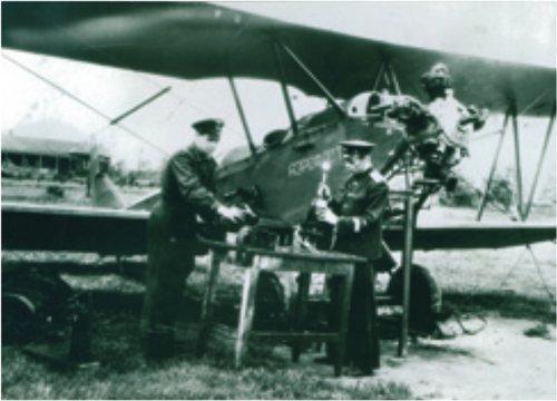 Техническое обслуживание самолета ПО-2. Авиатехники Е. М. Шалапко и А. С. Цветков. Середина 50-х годов